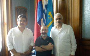 Carlos Camy, Cristian Velasco y Raúl Vallarino, en el despacho del senador en el que ya luce la bandera asturiana